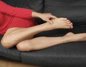 Стягивает мышцы ног и рук
