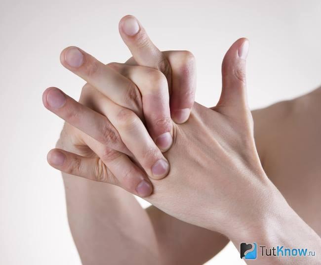 az ujjak ízületei összeroppantnak)